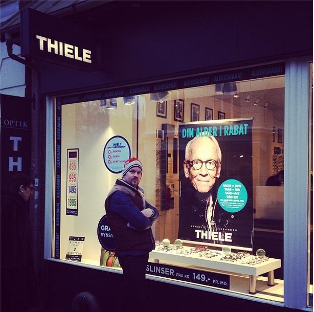 Plakat med Bent Fabricius Bjerre portræti vinduet hos Thiele