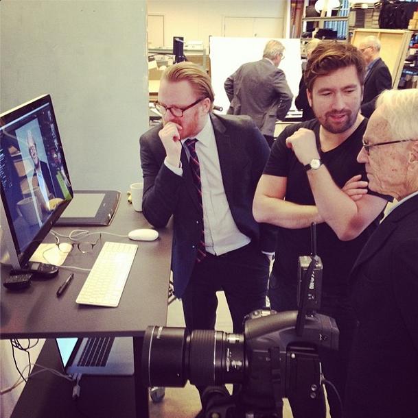Bent Fabricius Bjerre vurderer resultatet af fotoshoot til Thiele kampagne
