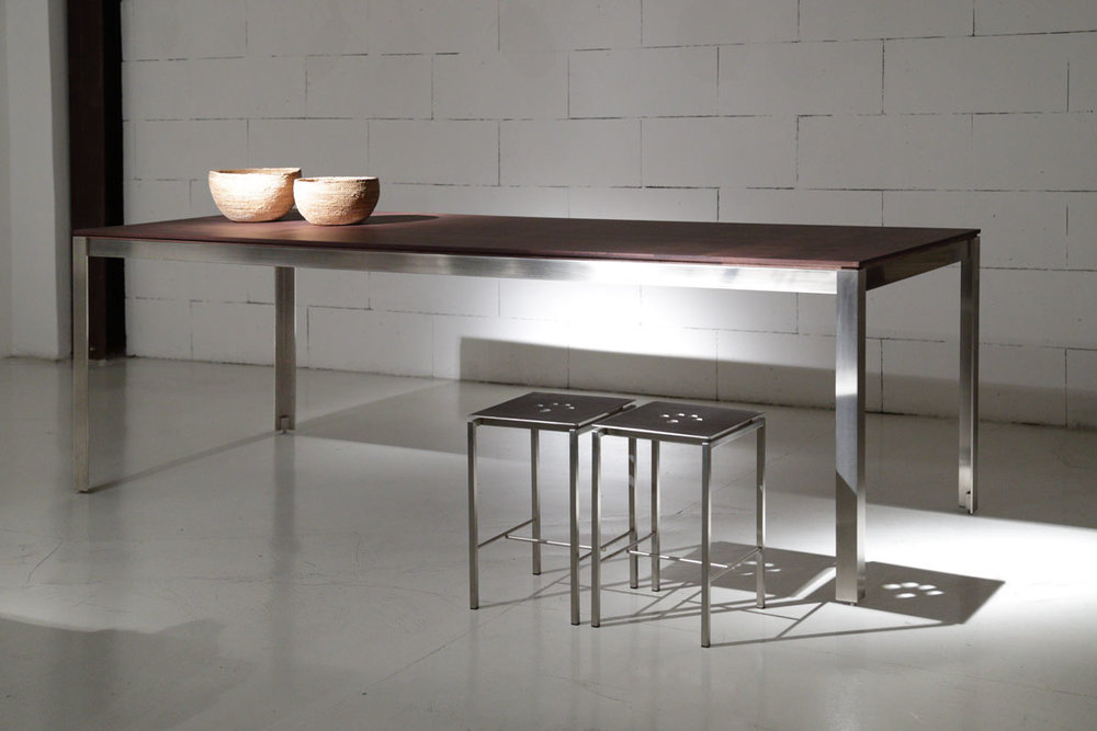 tavolo in metallo con ripiano in legno o laminato, , the original design of this table enables it to be combined with traditional or modern furniture, in an office or showroom, or on a terrace, and since it can be dismantled it can be moved anywhere.
