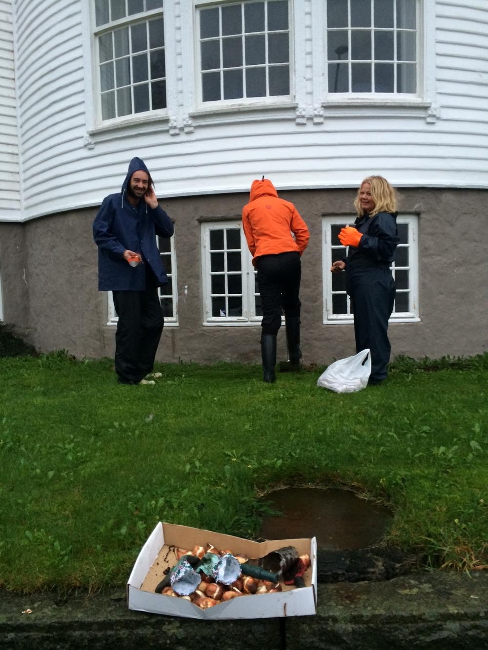 Jan Gunnar, Andrea og Gunhild trosser regnet.