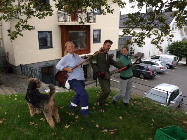 Gunhild, Tore og Andrea klare til dyst.Hunden Herman hjalp også til.