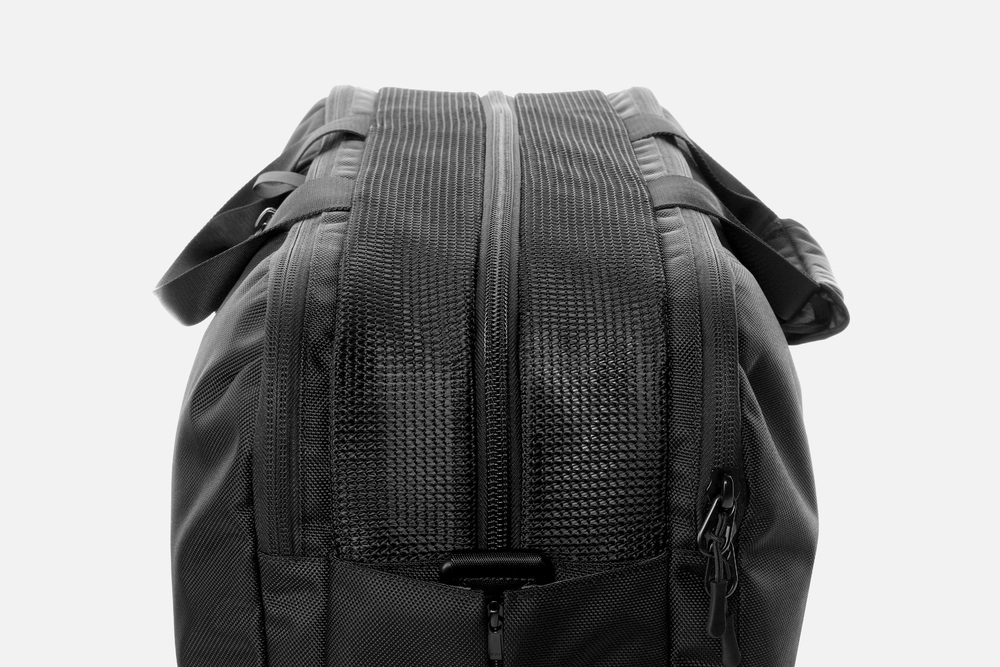 aer_gym_duffel_mesh_compartment.jpg