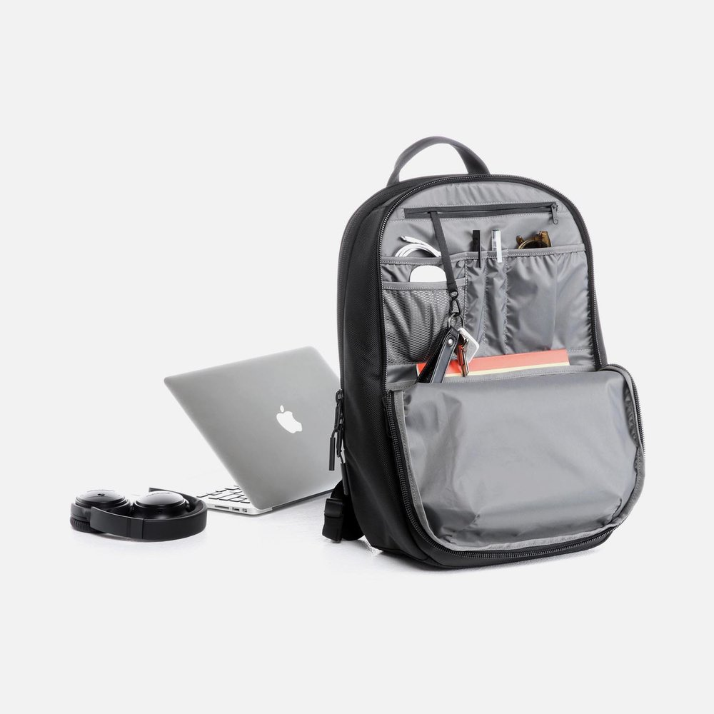 31001_daypack_black_desk.JPG