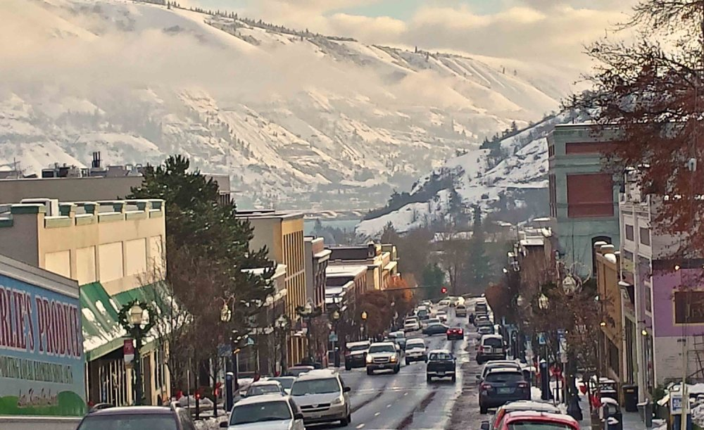 It's beginning to look a liot like Christmas! Small town USA - downtown Hood River.     Photo (c) Barb Ayers, DogDiary.org