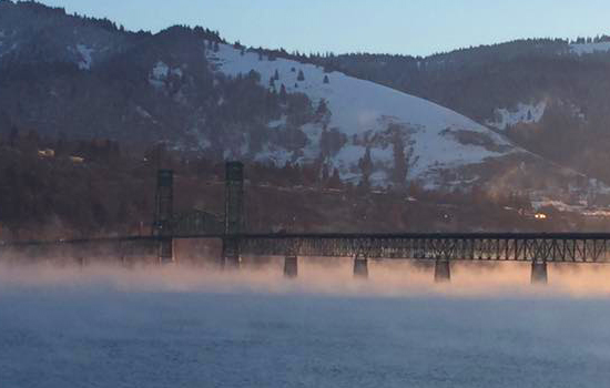 The bridge over the river Columbia in Hood River, Oregon.               Photo: John Mann