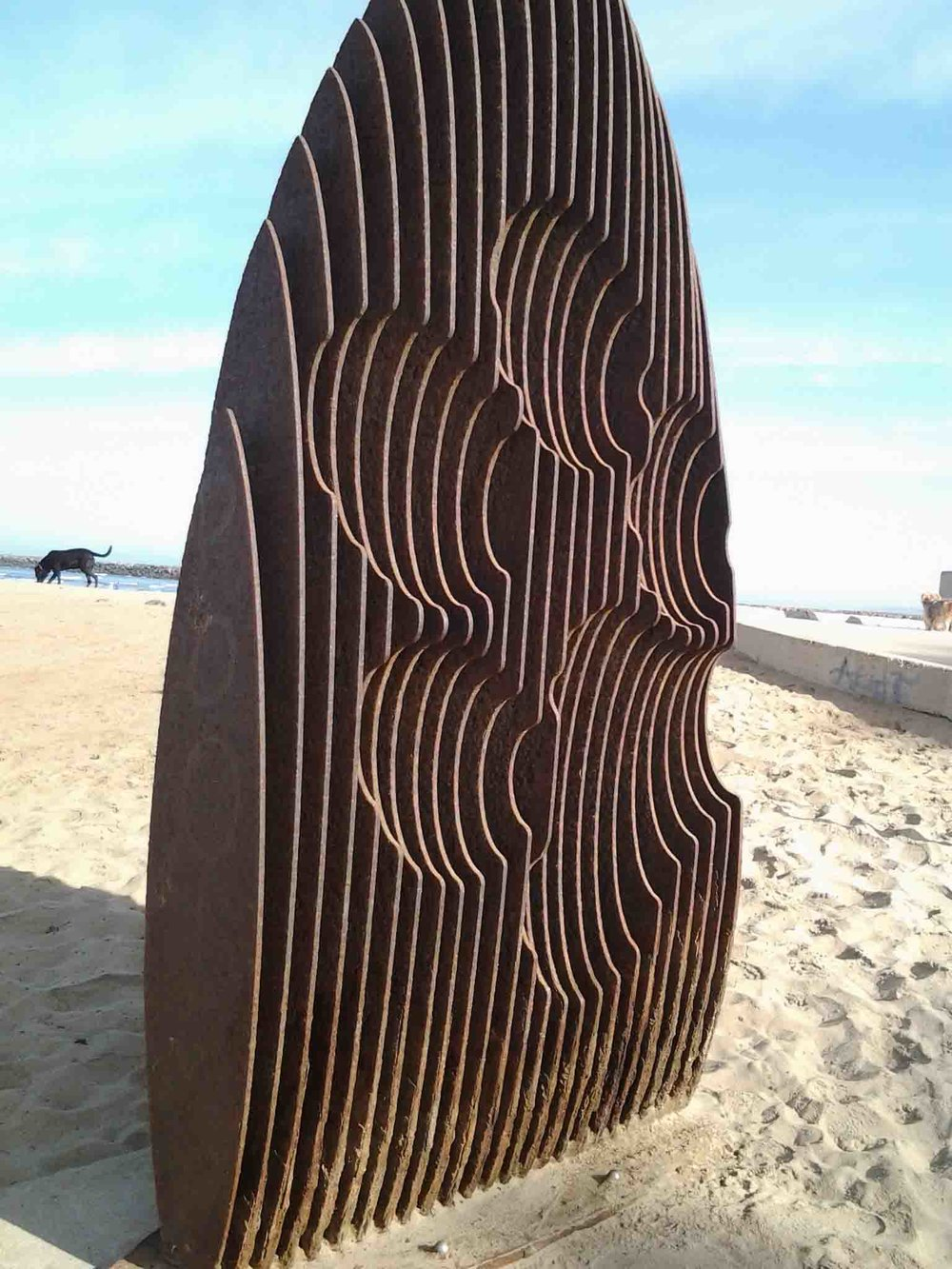 Dog Beach surfboard/pawprint sculpture                 Photo: (c) Barb Ayers, DogDiary.org