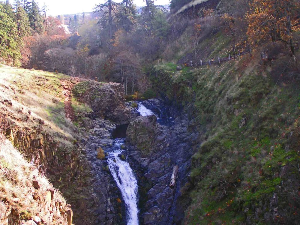Mosier waterfall in fall. Photo: (c) Barb Ayers, DogDiary.org