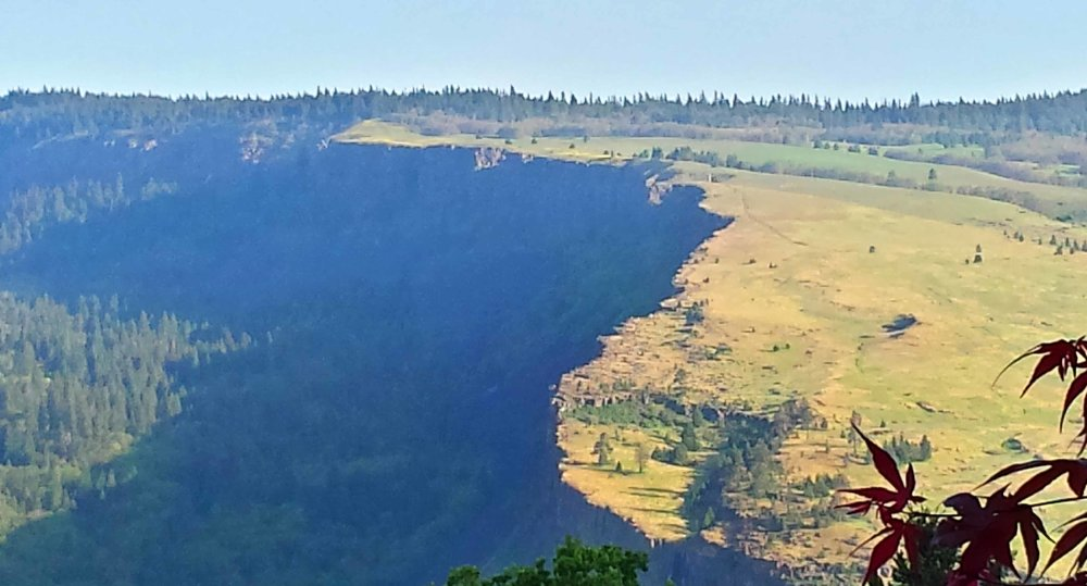 Craggy Mosier cliffs. Photo:(c) Barb Ayers. DogDiary.org