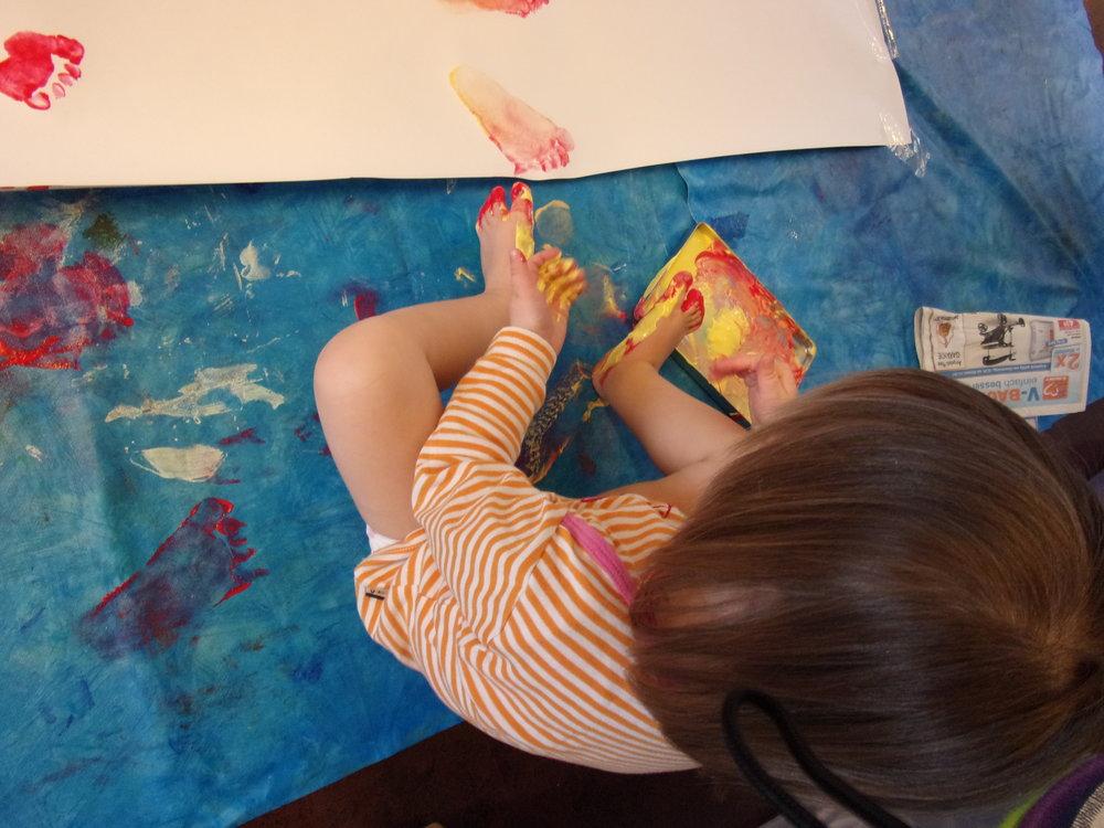 Heute malen wir mit den Füßen.