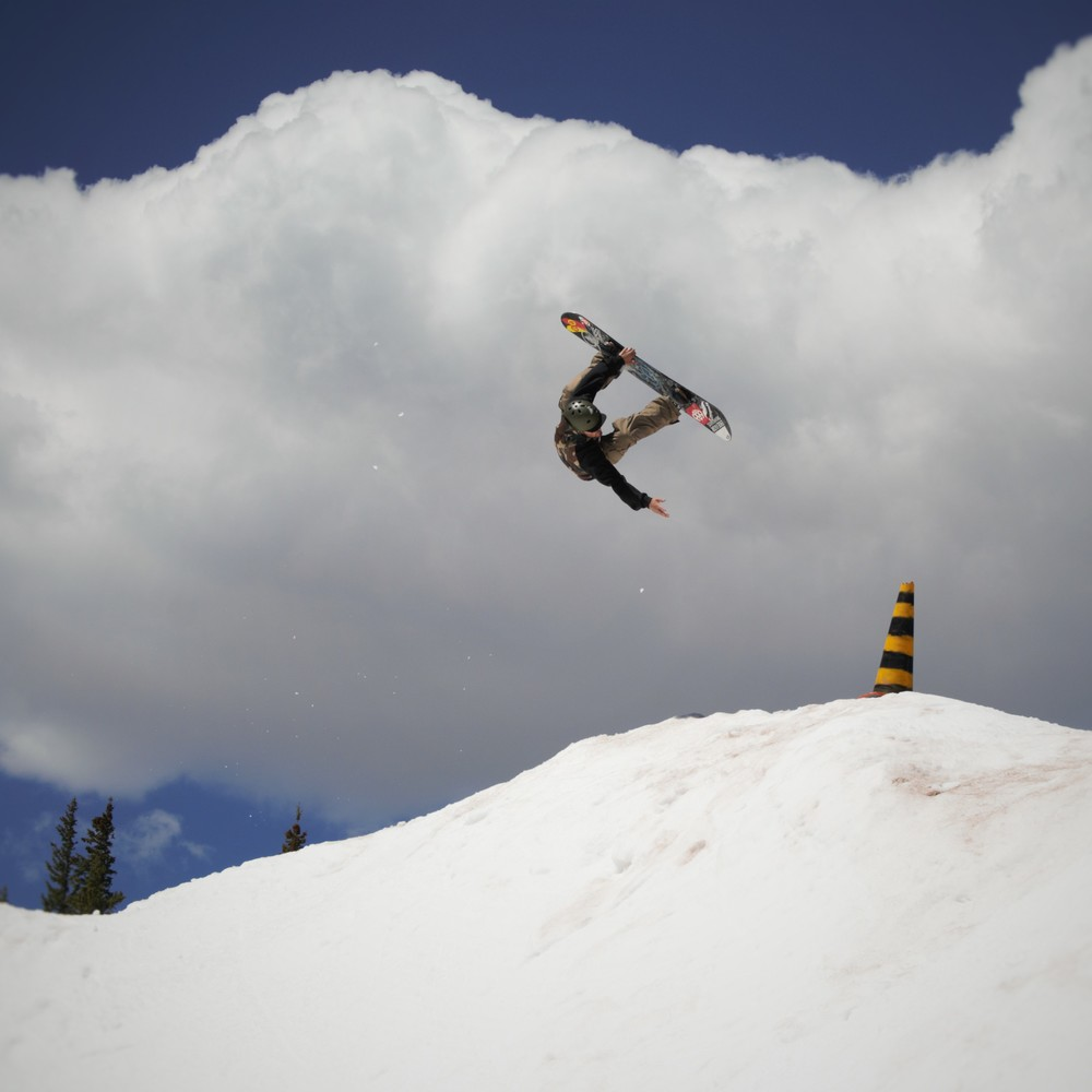 686 Guest Pro Cam Pierce Transfers, flips and reaches for the cone during Session 2.   P: Darin Evangelista