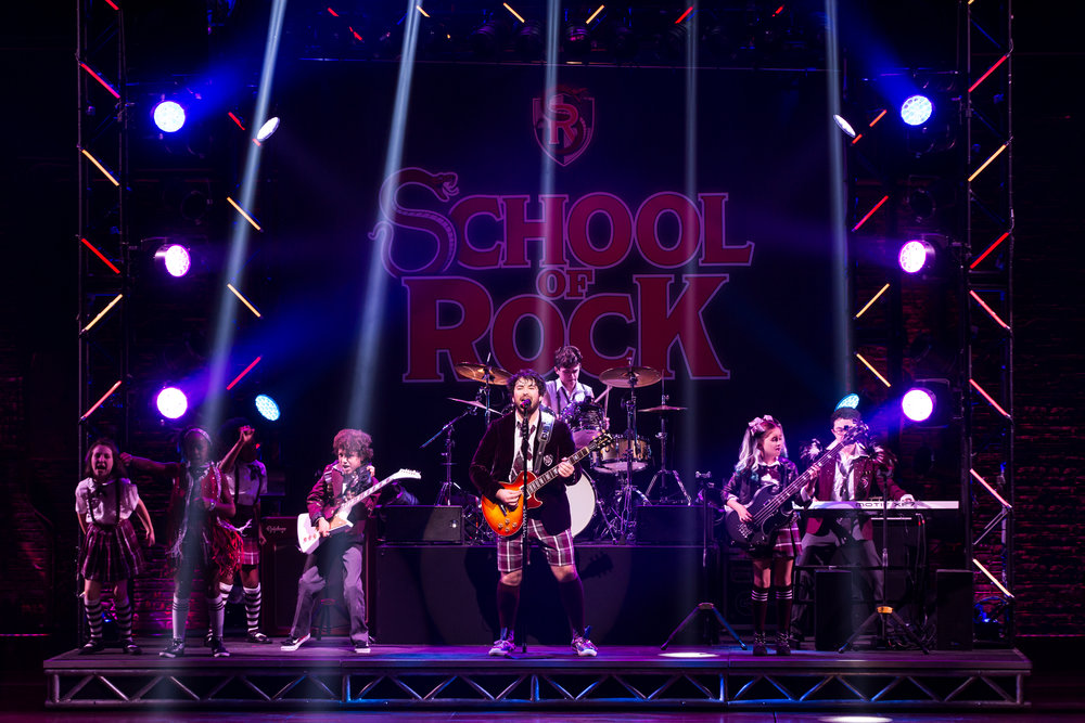 Alex_Brightman_and_the_kids_of_School_of_Rock_-_The_Musical_Photo_by_Matthew_Murphy_(2).jpg