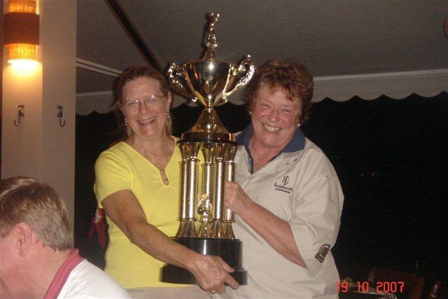 Hoisting AMSOC winner´s trophy.jpg