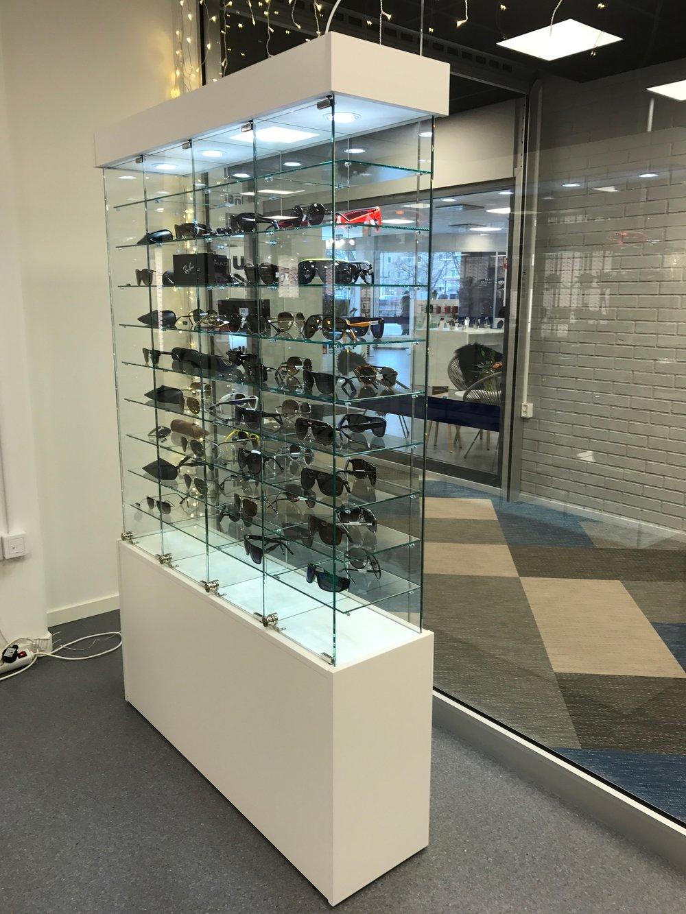 Fristående och låsbar glasmonter för solglasögon. Praktisk, säker och säljande förvaring!