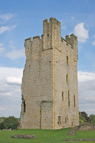 399px-Helmsley_Castle_-_East_Tower.jpg