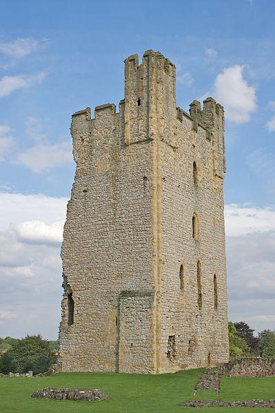 399px-Helmsley_Castle_-_East_Tower.jpg