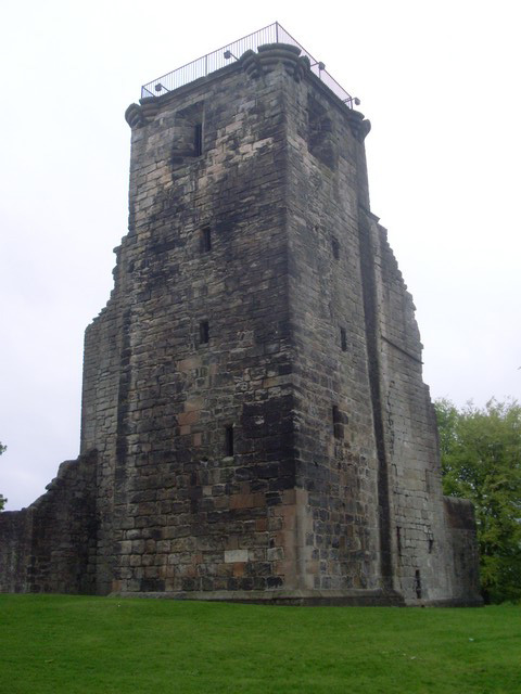 Crookston Castle tower.jpg