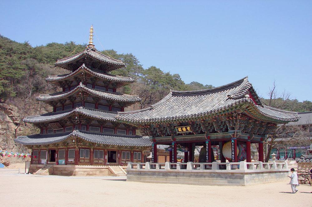Korea-Boeun-Beopjusa_Palsangjeon_and_Bell_Pavilion_1765-06.JPG