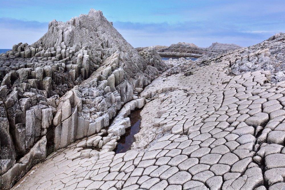 Columnar basalt at Cape Stolbchaty, Russia.jpg