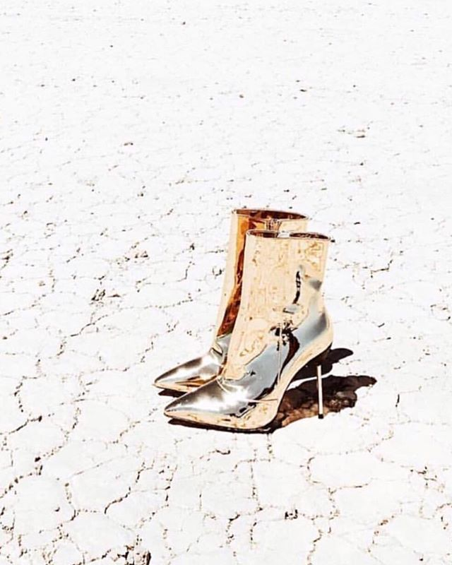 ✨ M I R R O R - M I R R O R ✨ ... lamé dreams with @mistressrocks via @kitte_au . #perfectday #weddinginspiration #highfashionbride #bridalstylist #fblogger #voguesposa #inspiremeweddings #goldlamé #desertboots #bootsfordays #antibride #rockandrollwedding #shoeporn #lusthave #fashionbride