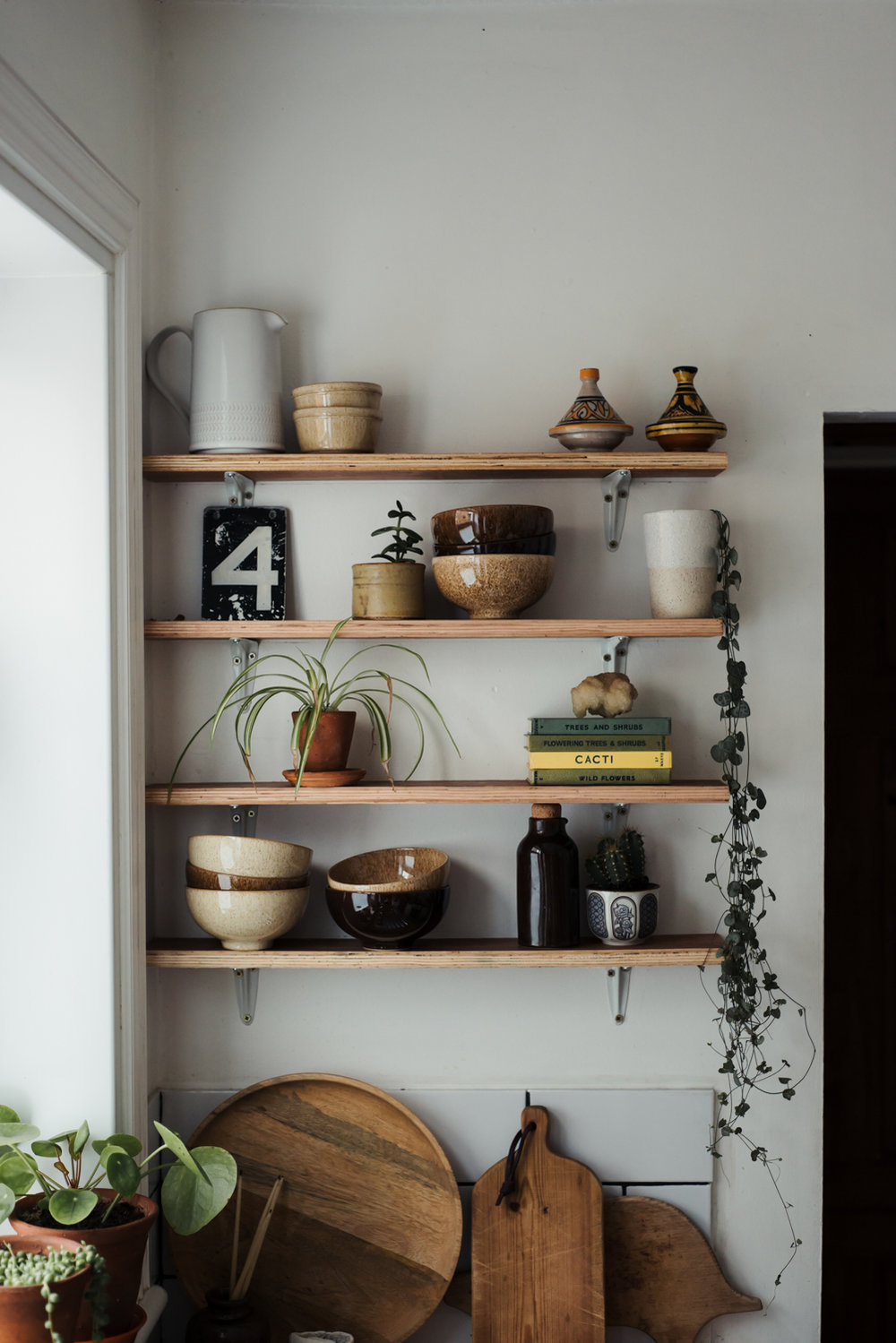 How to style the perfect shelfie! Hannahbullivant.com. Shelf styling advice, rule of thirds, using texture, colour and flow to create a beautiful shelf or surface.