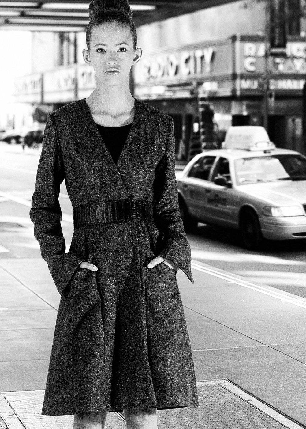 MIDNIGHT METALLIC WOOL COAT WITH DETACHABLE SLEEVES, STYLED WITH WIDE CROCODILE BELT