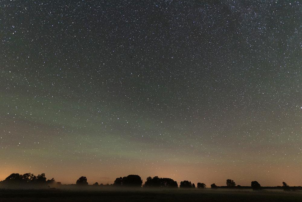Nachthimmel mit kräftigen Airglow (an der grünen Färbung erkennbar).