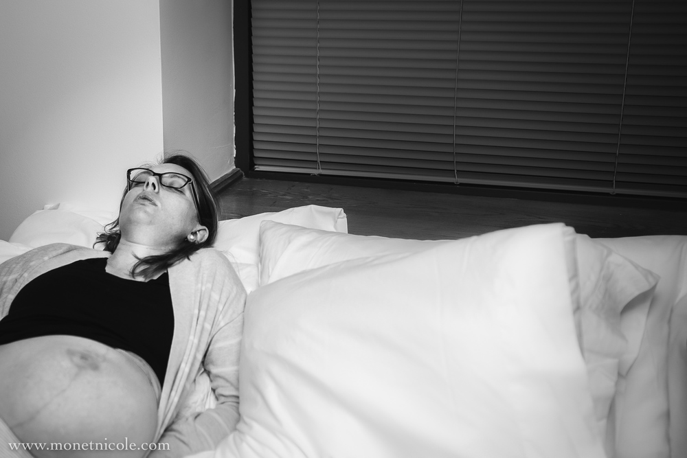 boulder-birth-photographer-laboring-on-bed