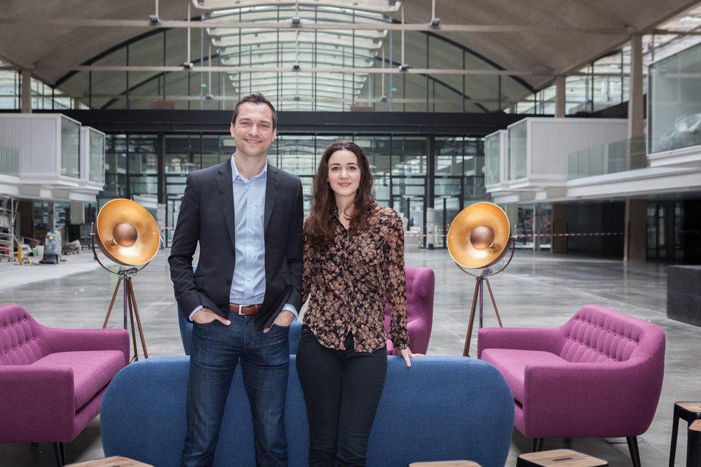 Portraits et rencontre à la Station F, entre Nathan Blecharczyk (co-fondateur d'Airbnb et Roxanne Varza (directrice de  Station F).