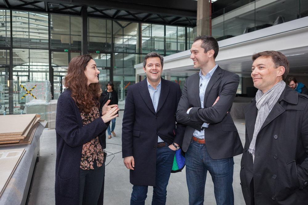 Portraits et rencontre à la Station F, entre Nathan Blecharczyk (co-fondateur d'Airbnb), Emmanuel Marill (directeur Airbnb France) et Roxanne Varza (directrice de  Station F).
