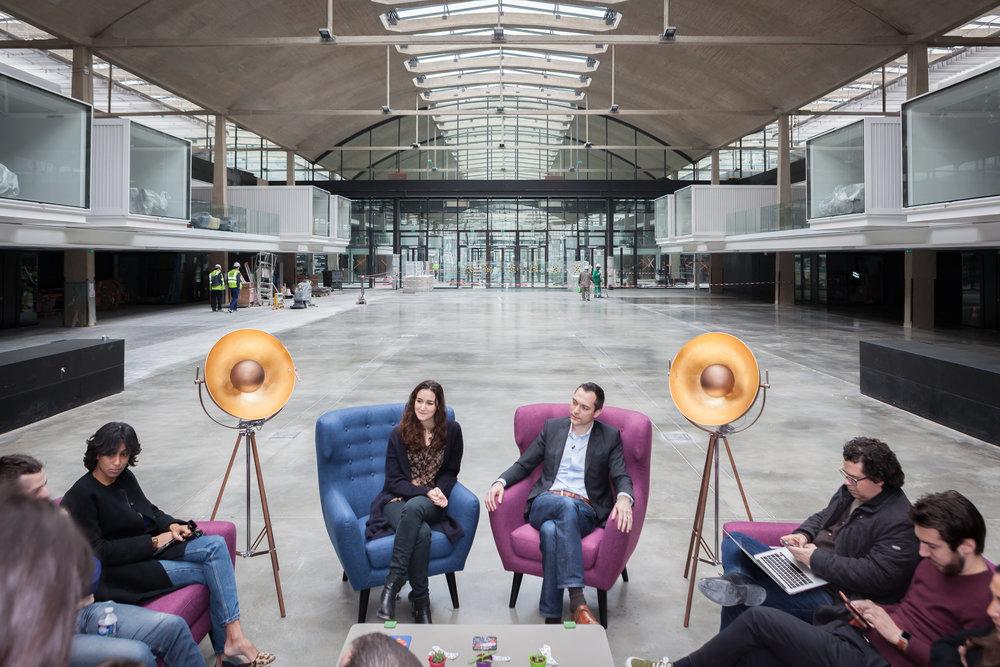 Portraits et rencontre à la Station F, entre Nathan Blecharczyk (co-fondateur d'Airbnb) et Roxanne Varza (directrice de  Station F).