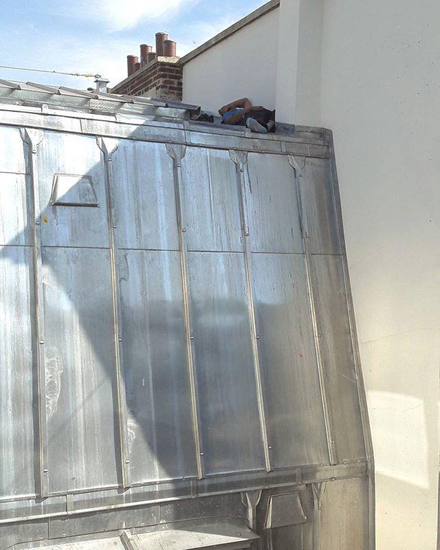 Une petite #siesta au 8ème étage sur un toit en pente... Pourquoi pas ?!