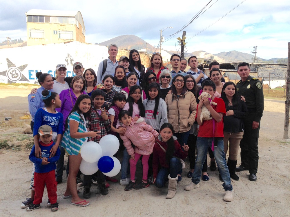 """Off the Mountain"" Mountaintoppers serving with ""Off the Mountain"" Vida Bogota volunteers at La Montana"