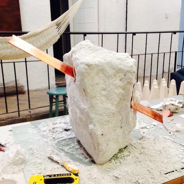 Escultura en cemento con barra de solera de latón