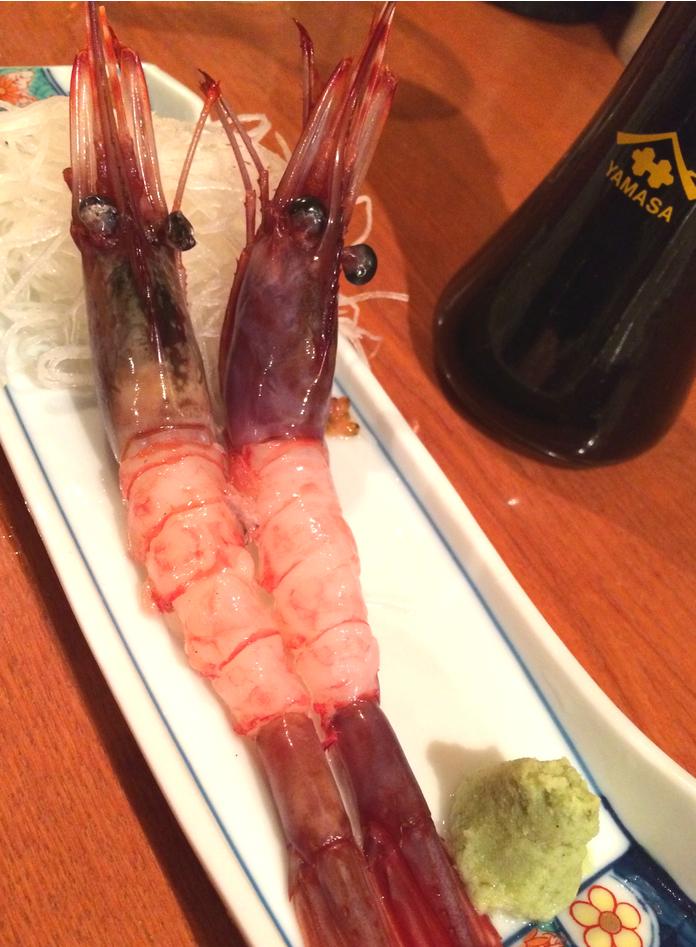 Stora och råa räkor -akaebi. Sojan från Yamasa är bra - finns på Japan Food & Kitchen i Stockholm.