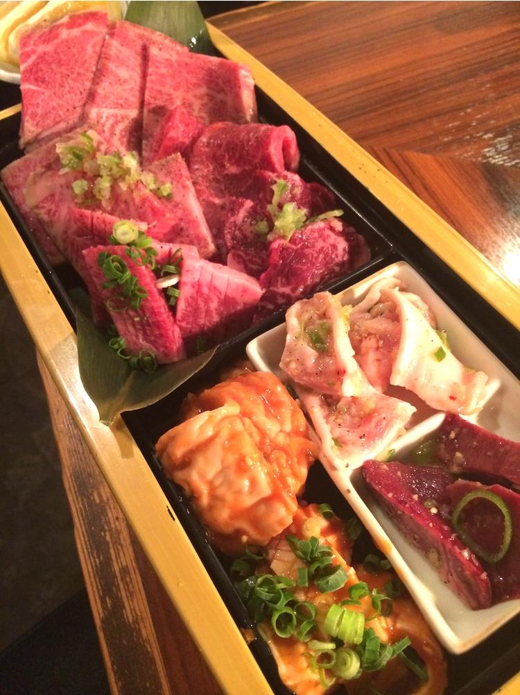 Mycket prima nötkött och inälvor på en yakiniku-krog av det bättre slaget.