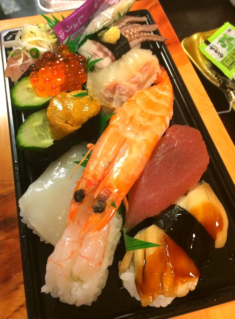 Sushi blir lätt tråkig om den får ligga ett tag i snabbköpsdisken. Framför allt riset blir snabbt sämre än man skulle önska.. Men i Ito nere på Izu var det inga problem - purfärskt.
