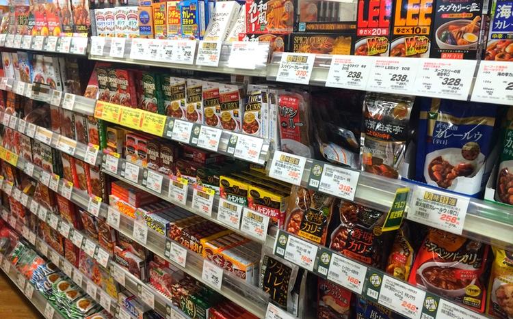 Curry i långa banor på ett normalt japanskt snabbköp.