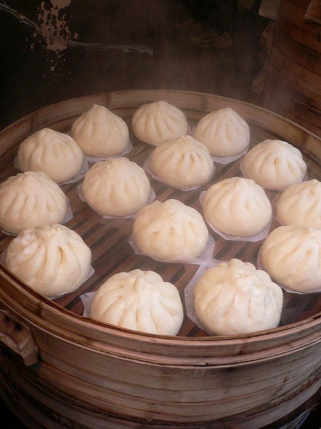 Dessa  niku-man , degknyten med köttfyllning, blir fluffiga och goda efter ångkokningen.