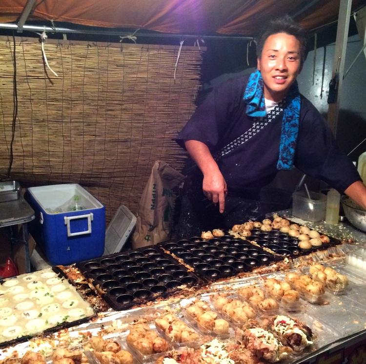 Takoyaki är runda degbollar med bläckfisk i. Serveras med en söt sojabaserad sås, majonnäs, inlagd ingefära och torkad fisk (bonito).
