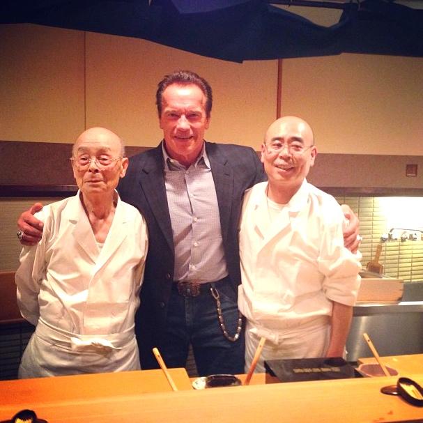 Jiro till vänster, Jiros ene son till höger och en stor och nöjd österrikare i mitten. Foto: Arnold Schwarzeneggers Instagram