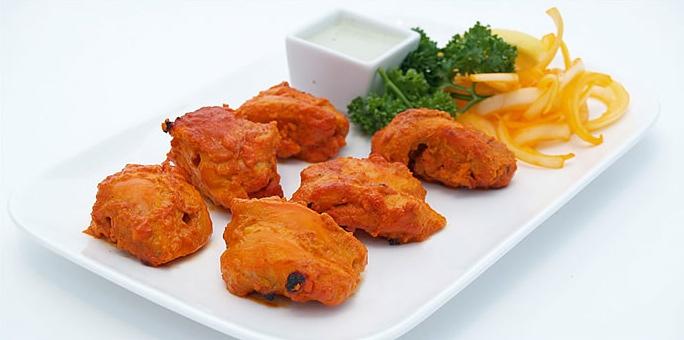 """Chicken Tikka på Shaghun är grymt gott. Mintsås är standard men beställ också in """"the hot, green sauce""""."""