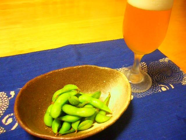 """En klassisk kombination,  edamame  och en kall öl!  Foto: """"Opponent"""" på Flickr, Creative Commons"""