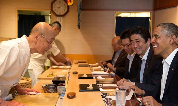 Obama och Abe hade en trevlig och ovanligt lång stund hos Jiro i april i år.  Foto: Vita Huset (public domain)