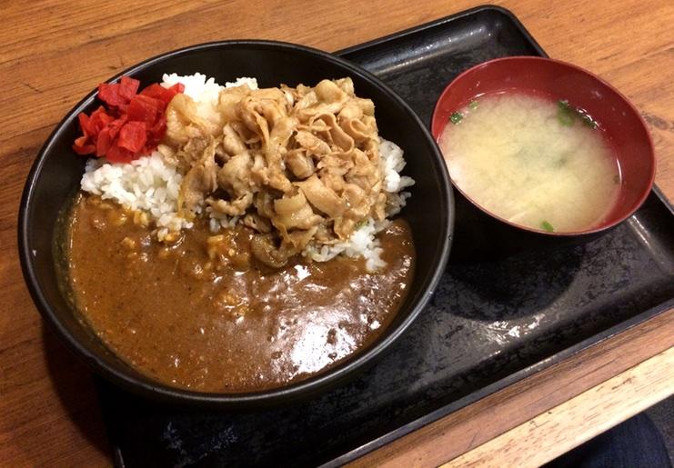 Typisk grabbmat i Japan. Curry och kokt nötkött på ris med miso-soppa bredvid.