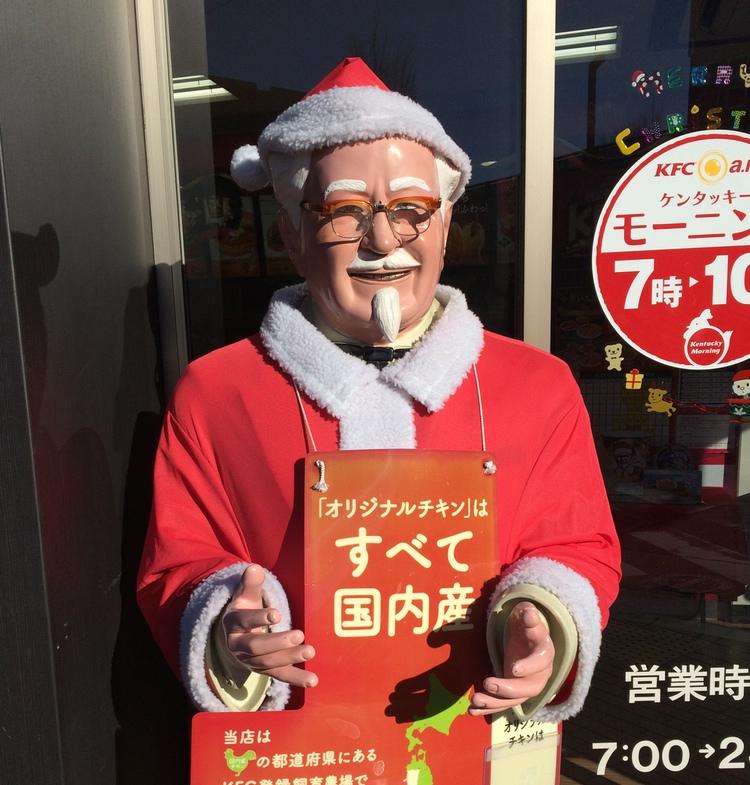 Det känns lite patetiskt att använda Colonel Sanders på Kentucky Fried Chicken i tomteuniform som symbol för den japanska julen, men det är ungefär så mycket julkänsla man erbjuds i det här landet.