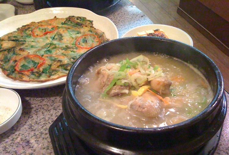 Chijimi  - koreanska plättar och  Samugetan  - en mycket mustig och god kycklinggryta, kan med fördel inmundigas i stadsdelen Okubo i Tokyo. 350 koreanska krogar samlade på liten yta.