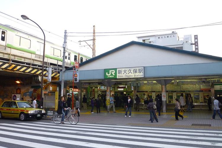 """Shin-Okubo heter stationen där """"Korea Town"""" börjar. Gå under spåret och upptäck 350 koreanska krogar.  Foto: Nesnad (Creative Commons License)"""