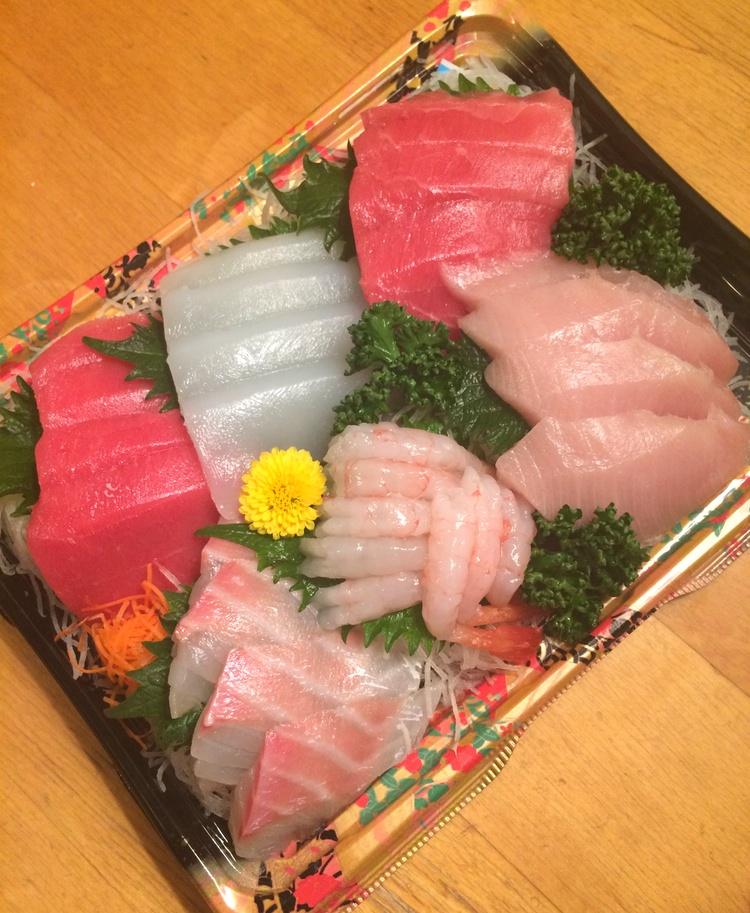 Vi har den stora turen att ha inte mindre än fem trevliga sushikrogar i grannskapet, men inte nog med det: våra snabbköp har mycket duktiga fiskdiskar som säljer ultrafärsk fisk varje dag till väldigt trevliga priser.