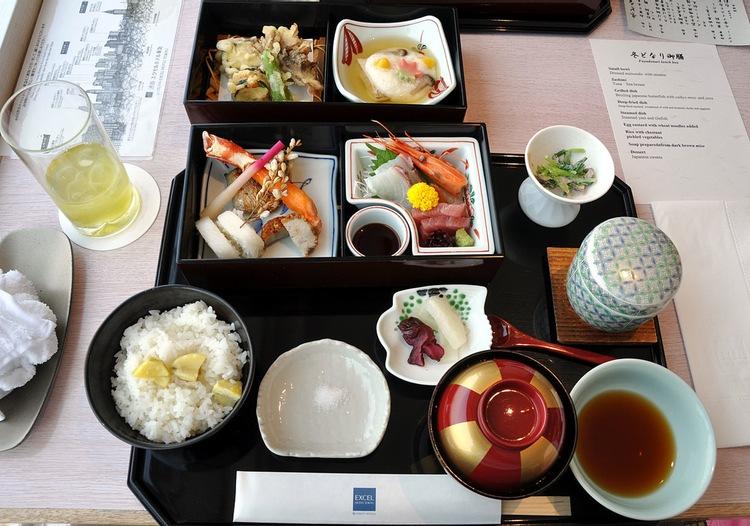 När alla rätter kommer in samtidigt på det japanska matbordet, är det i princip OK att äta dem i vilken ordning som helst.  Foto:  Cyclonebill , Creative Commons License
