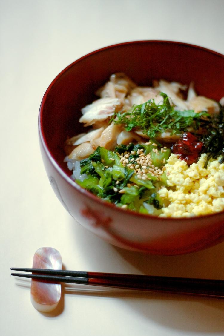 Lunchmaten i Japan är lika god som middagsmaten men oftast till ett betydligt lägre pris. Här en donburi (mat som serveras ovanpå en bädd av ris) med stekt fisk och tillbehör på lilla trevliga kvarterskrogen Ichiya i stadsdelen Ebisu i Tokyo. Foto: Rieko Mise